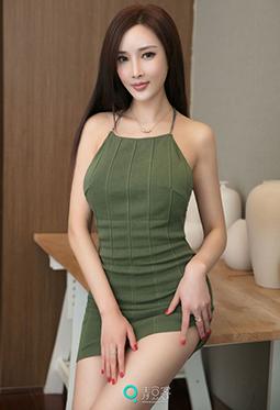青豆客气质女神周妍希性感吊带短裙写真图片